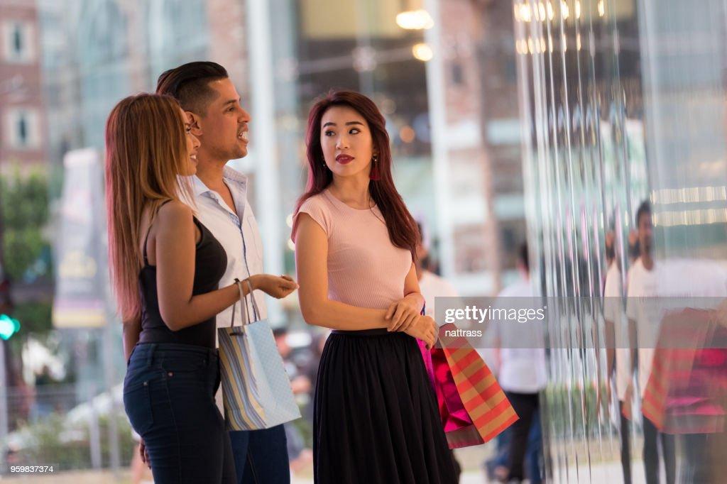 Gruppe von Freunden genießen Sie einen Einkaufsbummel : Stock-Foto