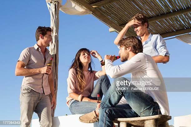 group of friends enjoying beer - onoky stock-fotos und bilder