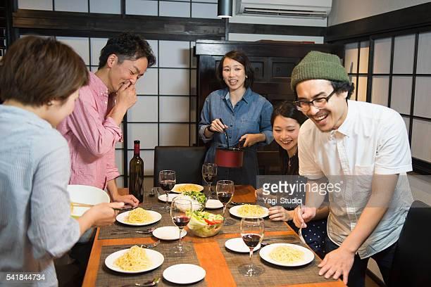 Gruppe von Freunden genießen Sie dinner-party