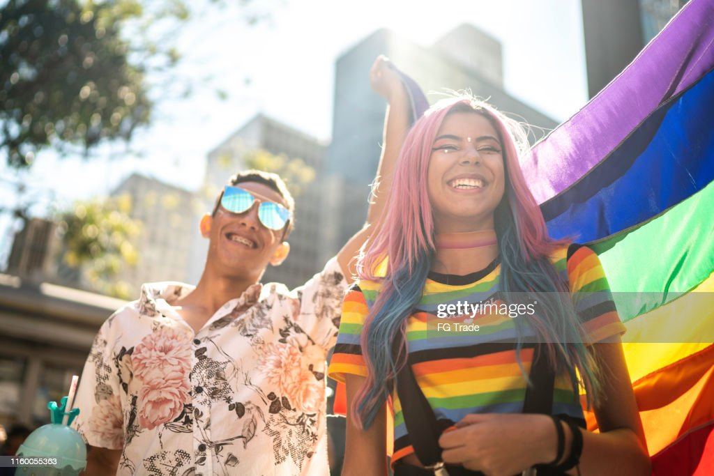 LGBTQIパレードを楽しむ友人のグループ : ストックフォト