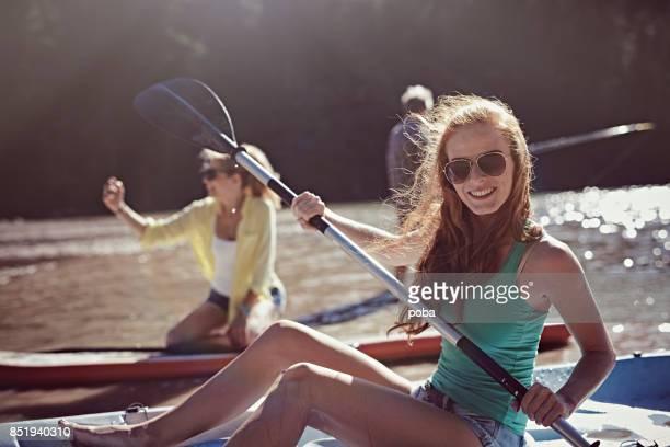 Groupe d'amis fave de plaisir sur un lac