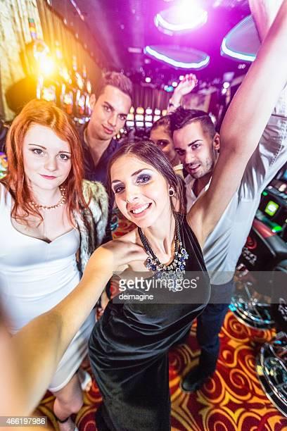 ご友人グループが自分撮り内のカジノ