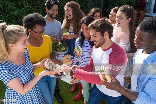Gruppe von Freunden mit einem Barbecue