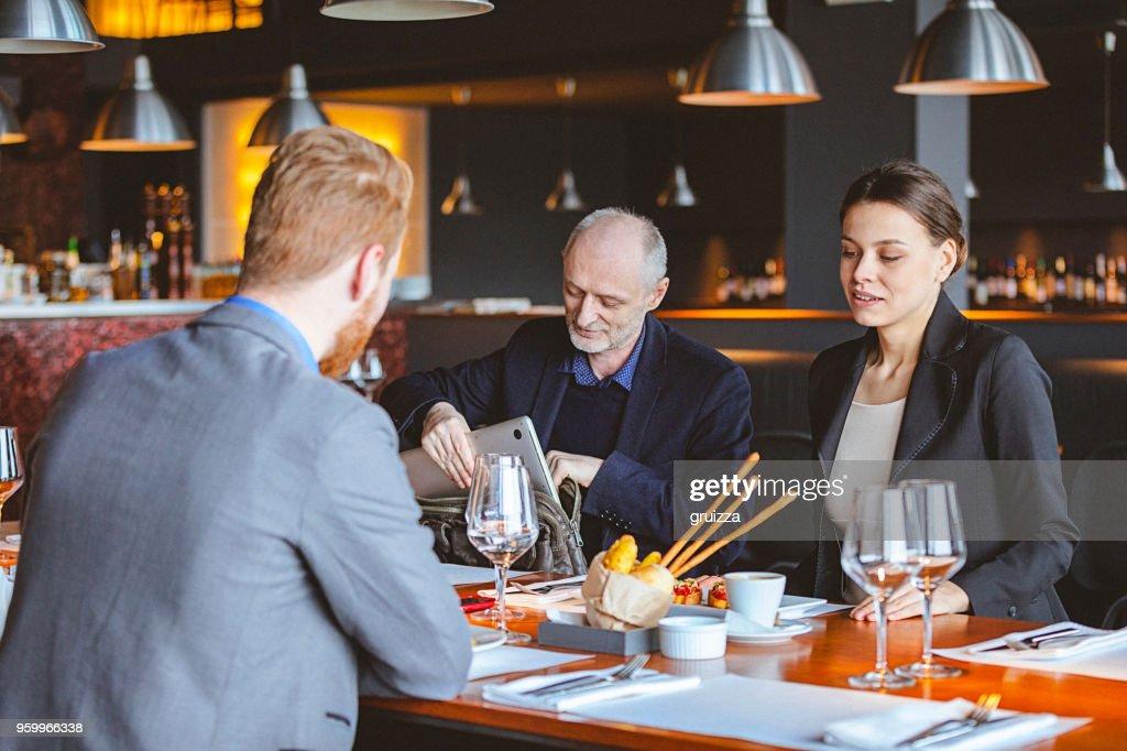 Gruppe von Freunden ein Gespräch während der Mittagszeit in ein Cafe / Restaurant : Stock-Foto