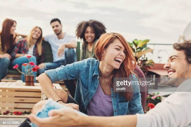 Gruppe von Freunden mit einer Party auf dem Dach