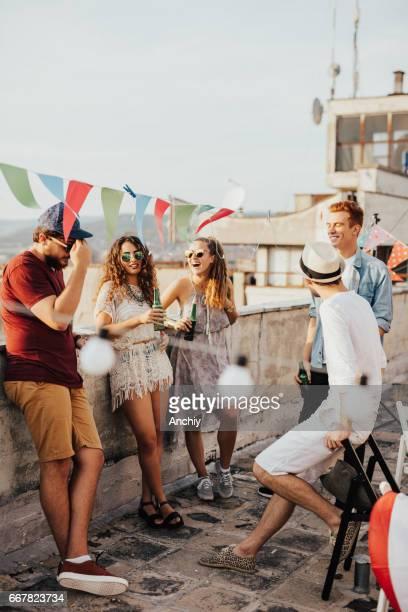 Gruppe von Freunden, die einen Sommer party auf dem Dach