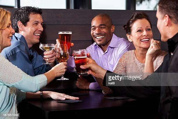 Groupe d'amis d'avoir boissons au restaurant