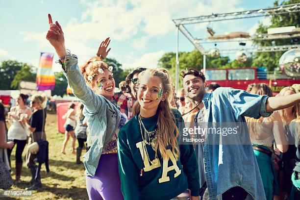 group of friends having fun at a music festival - festivalero fotografías e imágenes de stock