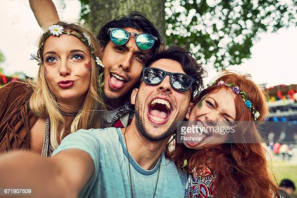 group of friends having fun at a music festival - quatro pessoas - fotografias e filmes do acervo