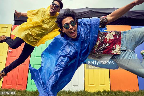 group of friends having fun at a music festival - zorgeloos stockfoto's en -beelden