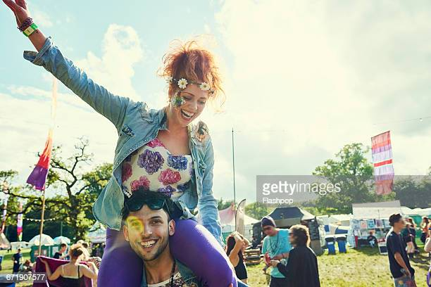 group of friends having fun at a music festival - konzert stock-fotos und bilder