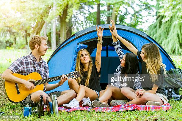 group of friends having fun at camping - pjphoto69 個照片及圖片檔
