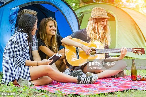 gruppe von freunden, die spaß auf camping - pjphoto69 stock-fotos und bilder