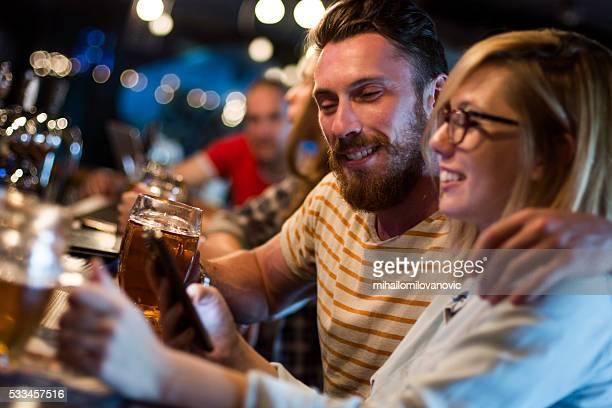 Spaß haben eine Gruppe von Freunden an der bar