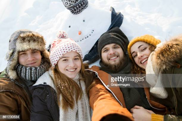 Gruppe von Freunden Spaß im Winter Natur.