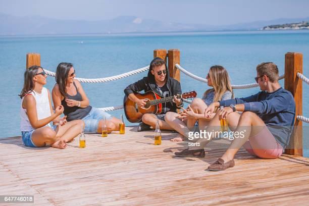 Gruppe von Freunden, die Spaß am pier