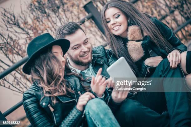 Groupe d'amis s'amusant en plein air sur la rue
