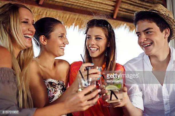 Spaß haben eine Gruppe von Freunden im Freien