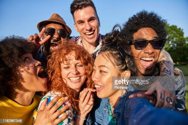 group of friends having fun - saamhorigheid stockfoto's en -beelden