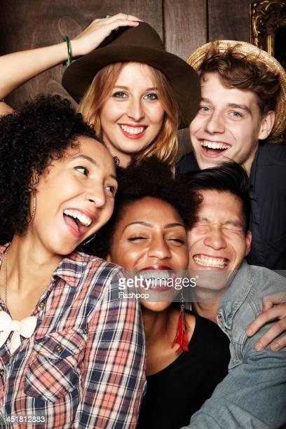 group of friends having fun - jeune adulte photos photos et images de collection