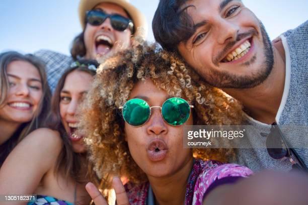 grupo de amigos divirtiéndose haciéndose un selfie. - 18 19 años fotografías e imágenes de stock
