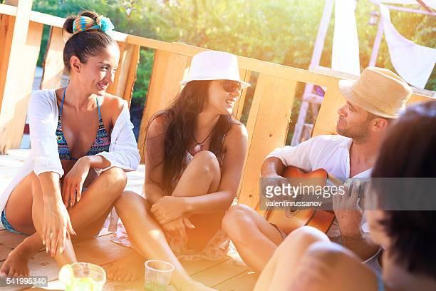 Groupe d'amis s'amusant ensemble sur pavillon