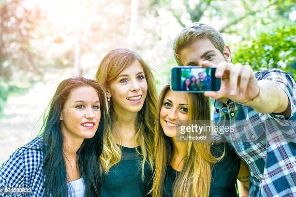 Gruppe von Freunden, die Spaß mit Smartphones
