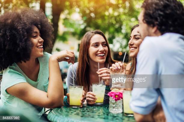 Gruppe von Freunden, eisgekühlte Getränke im Café