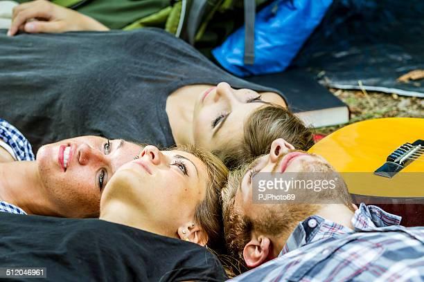 gruppe von freunden, die sie beim camping zeit - pjphoto69 stock-fotos und bilder