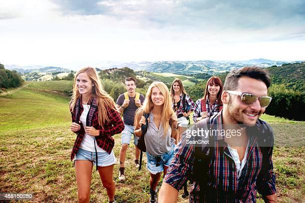 Gruppe von Freunden Wandern in der Natur