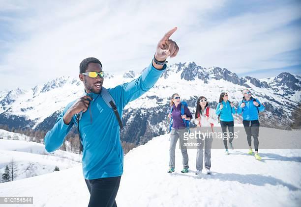 group of friends hiking in the snow - ski holiday - fotografias e filmes do acervo