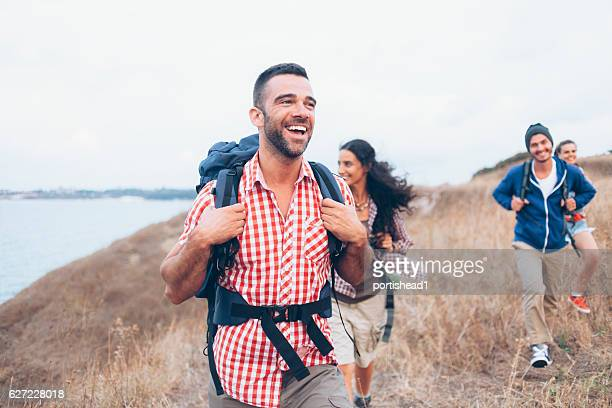 group of friends hiking together - buitensport stockfoto's en -beelden