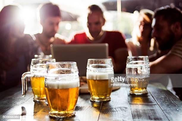 Grupo de amigos em um pub