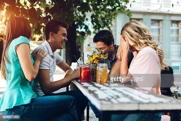 Eine Gruppe von Freunden treffen im Café