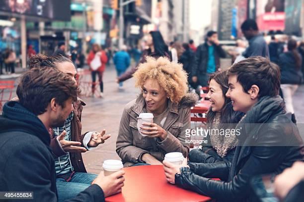 Gruppe von Freunden in Times Square