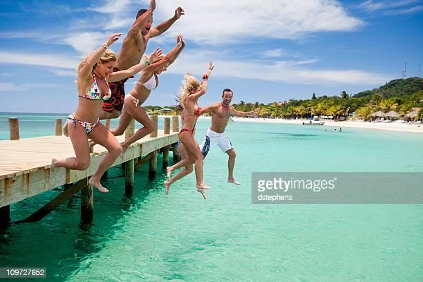 Groupe d'amis, sauter sur dock