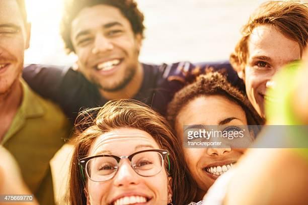 Gruppe von Freunden lachen und machen Sie ein selfie