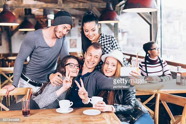 Eine Gruppe von Freunden, die selfie am Café
