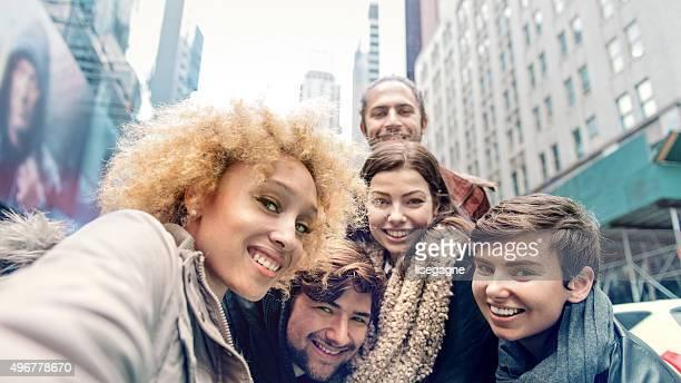 Groupe d'amis faire selfies