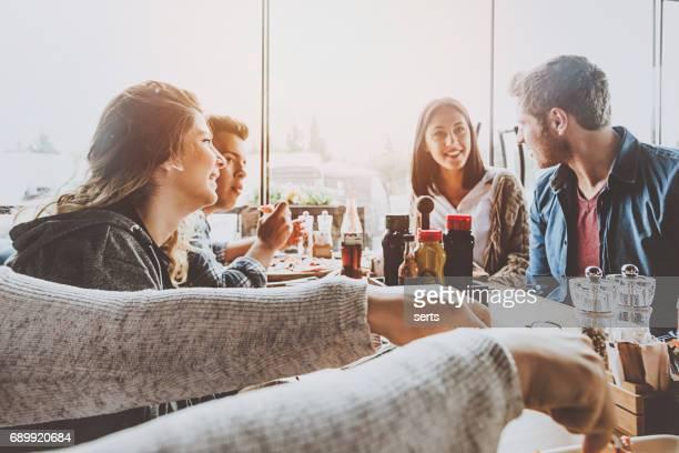 grupo de amigos para almoçar no café - comida de pub - fotografias e filmes do acervo