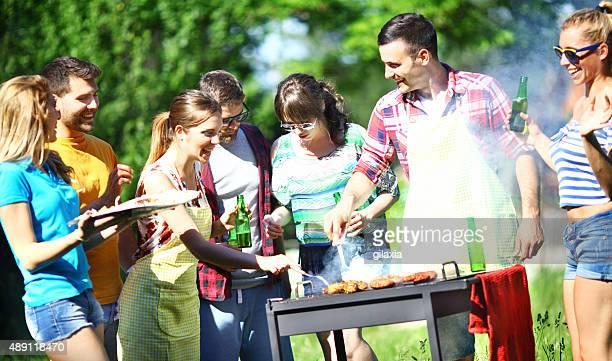 Gruppe von Freunden auf ein barbecue-Picknickbereich.