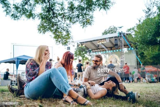 groupe d'amis sur un festival de musique - scène urbaine photos et images de collection