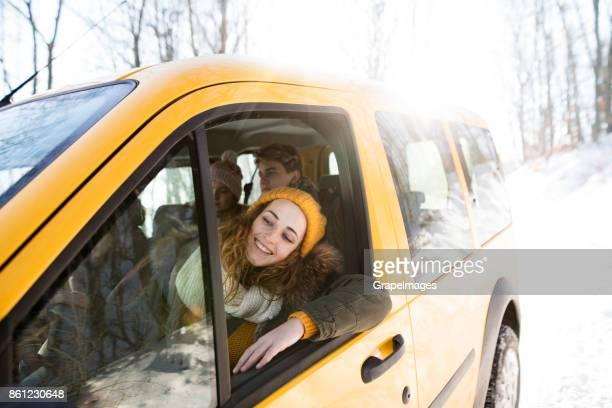 Groep vrienden op een reis in de winter natuur.