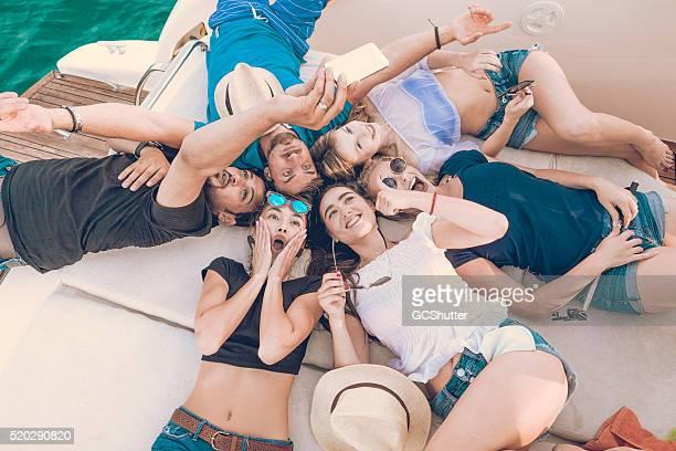 Groupe de vos amis sur un Yacht