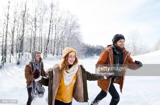 Gruppe von Freunden draußen im Winter.