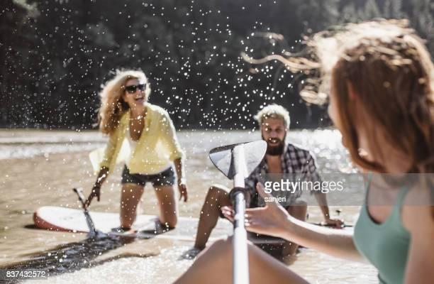 Groupe d'amis embarquement Paddle (sup) sur le lac