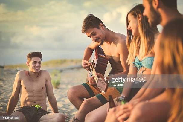 gruppo di amici festa sul mare - ragazzi adolescenti nudi foto e immagini stock
