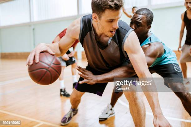 group of friends playing basketball - basketbal teamsport stockfoto's en -beelden