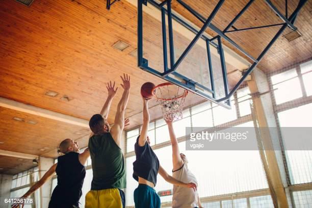 groep vrienden spelen basketbal - basketbal teamsport stockfoto's en -beelden
