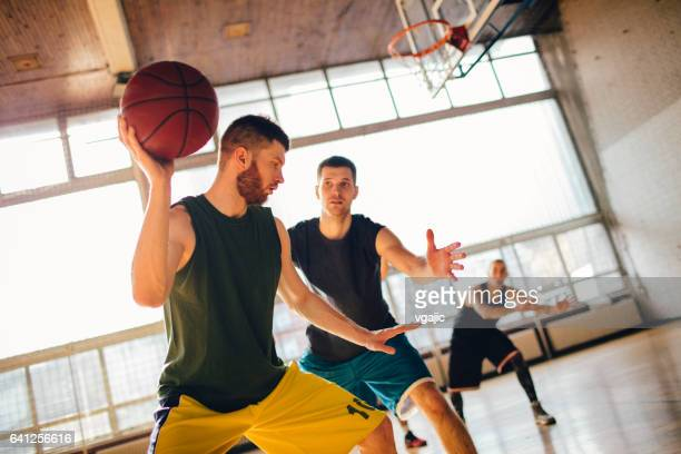 Groupe d'amis jouant au basket-ball